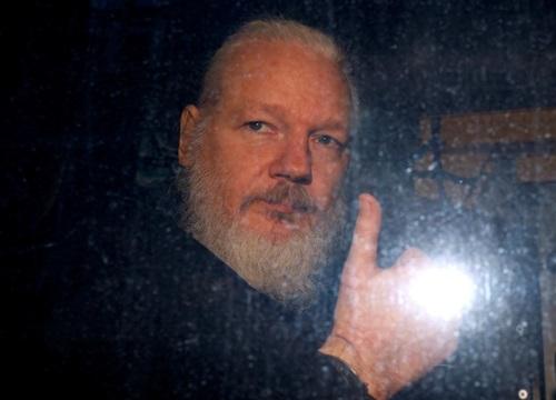 Người sáng lập Wikileaks Julian Assange giơ ngón tay cái khi rời đồn cảnh sát ở London, Anh hôm 11/4. Ảnh: Reuters.