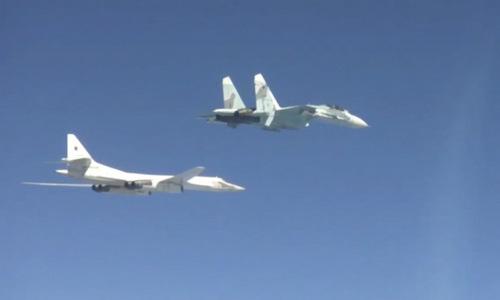 Tiêm kích Su-27SM hộ tống oanh tạc cơ Tu-160 trong cuộc tập trận hôm 13/4. Ảnh: TvZvezda.