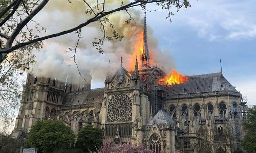Đám cháy nhìn từ vườn hoa, bên hông phải nhà thờ. Ảnh: Parisien.