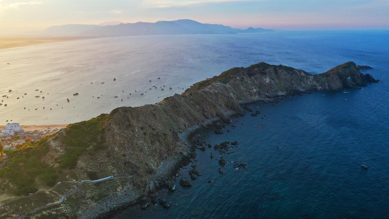 Biển Quy Nhơn trải dài mênh mông nhìn từ trên cao