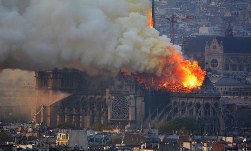 Ngọn lửa dữ dộitại Nhà thờ Đức Bà Paris hôm 15/4. Ảnh:AFP.