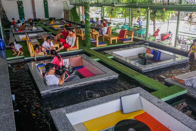 Quán cà phê cho khách ngồi dưới hồ cá ở Cần Thơ