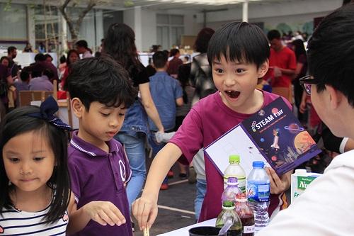 Học sinh Hà Nội thực hành thí nghiệm khoa học khi tham gia một ngày hội. Ảnh: Dương Tâm