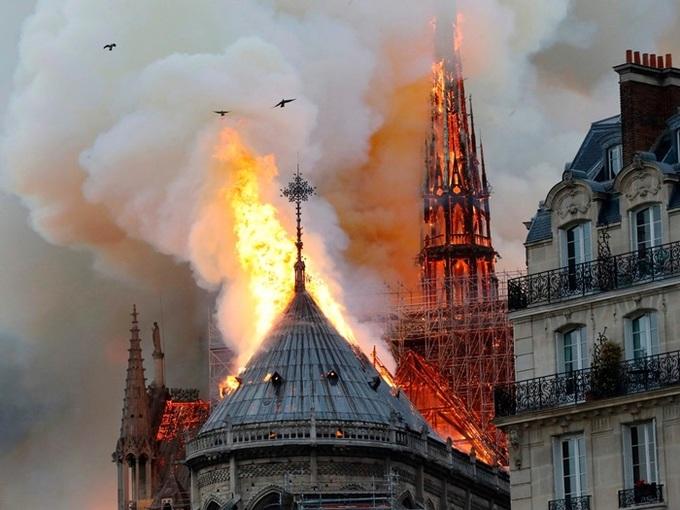 nha tho 1 1555370687 680x0 - Lửa bao trùm Nhà thờ Đức Bà Paris, người dân quỳ xuống đường cầu nguyện