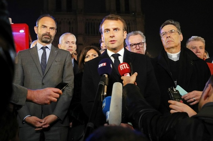 nha tho 10 1555370689 680x0 - Lửa bao trùm Nhà thờ Đức Bà Paris, người dân quỳ xuống đường cầu nguyện