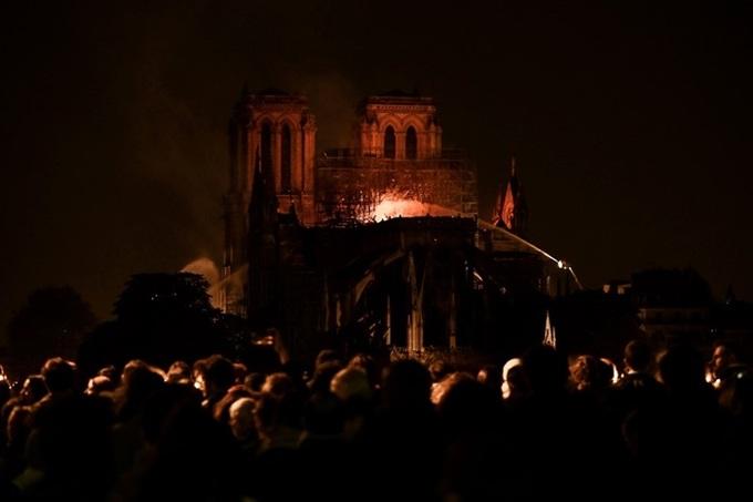 nha tho 11 1555370689 680x0 - Lửa bao trùm Nhà thờ Đức Bà Paris, người dân quỳ xuống đường cầu nguyện
