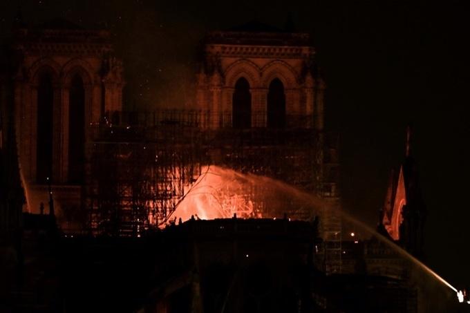 nha tho 3 1555370688 680x0 - Lửa bao trùm Nhà thờ Đức Bà Paris, người dân quỳ xuống đường cầu nguyện
