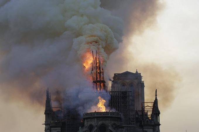nha tho 5 1555370688 680x0 - Lửa bao trùm Nhà thờ Đức Bà Paris, người dân quỳ xuống đường cầu nguyện