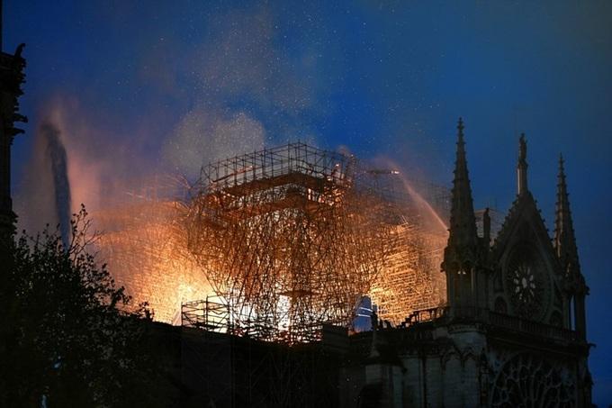 nha tho 6 1555370688 680x0 - Lửa bao trùm Nhà thờ Đức Bà Paris, người dân quỳ xuống đường cầu nguyện
