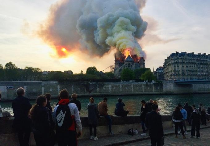 nha tho 8 1555370689 680x0 - Lửa bao trùm Nhà thờ Đức Bà Paris, người dân quỳ xuống đường cầu nguyện