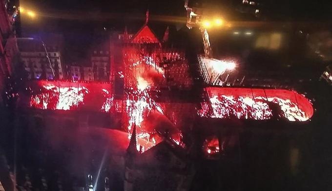 nha tho 9 1555370689 680x0 - Lửa bao trùm Nhà thờ Đức Bà Paris, người dân quỳ xuống đường cầu nguyện