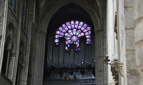 Khung cảnh bên trong Nhà thờ Đức Bà Paris sau khi đám cháy tối 15/4 được dập tắt. Ảnh: AFP.