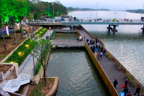 Cầu lát gỗ lim trên sông Hương do Hàn Quốc tài trợ cho Huế. Ảnh; Võ Thạnh