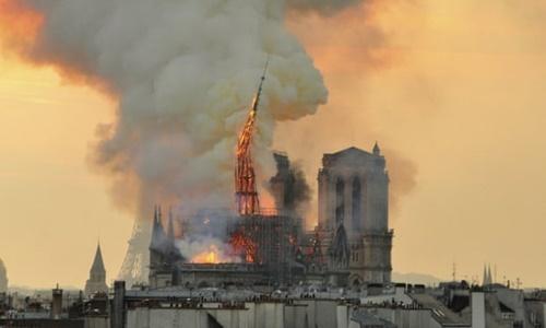 Vụ cháy Nhà thờ Đức Bà Paris nhìn từ xa. Ảnh: AP.