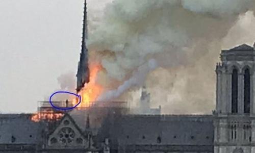 Người Pháp tranh cãi về thủ phạm gây cháy nhà thờ Đức Bà - ảnh 1
