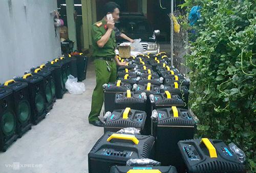 Tang vật cá loa thùng mà cảnh sát thu giữ tại xã Quỳnh Hồng chiều nay. Ảnh: Nguyễn Hải.