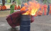 Tại sao cháy xăng dầu dùng nước cứu đám cháy lan rộng thêm?