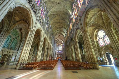 Pháp truy tố người phá hoại Thánh đường Denis - ảnh 1
