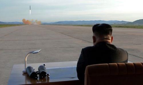 Lãnh đạo Triều Tiên Kim Jong-un quan sát vụ phóng tên lửa Hwasong-12 hồi năm 2017. Ảnh: KCNA.