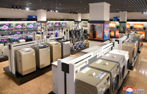 Tivi, đồ gia dụng bày bán trong Trung tâm thương mại Daesong tại Triều Tiên hôm 15/4. Ảnh: KCNA.