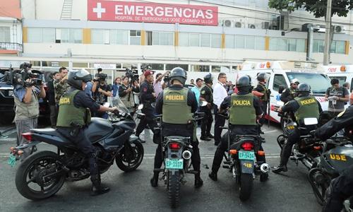 Cảnh sát túc trực bên ngoài bệnh viện nơi ông Garcia được điều trị ngày 17/4. Ảnh: Reuters.