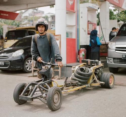 Sashi tại một trạm xăng ở Bukittinggi, Tây Sumatra. Anh đến từ Jakarta sau khi chạy xe khoảng 1.500 km. Kế hoạch tiếp theo của Sashi là chạy tới đảo Sabang, cực tây của Indonesia. Tổng quãng đường hơn 4.800 km.