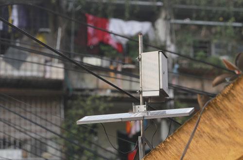 Một trạm quan trắc không khí cảm biến đặt tại phố Thành Công. Ảnh: Tất Định
