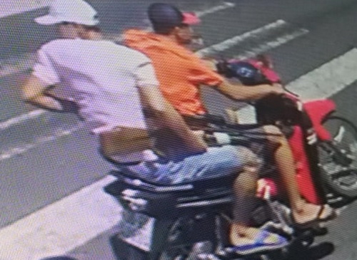 Hai thanh niên rời khỏi hiện trường sau khi bắn gục đối thủ. Ảnh: Camera an ninh