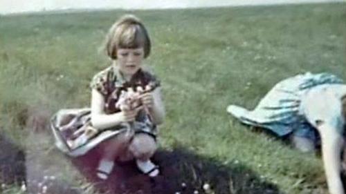 Một bức ảnh khác cho thấy Annie mặc váy xanh, ngồi gầnElizabeth trong buổi chụp ảnh năm 1964. Ảnh: BBC.
