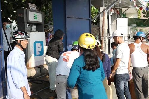 Người dân Lý Sơn tấp nậpđến cửa hàng mua xăng dự trữ. Ảnh: Thạch Thảo.