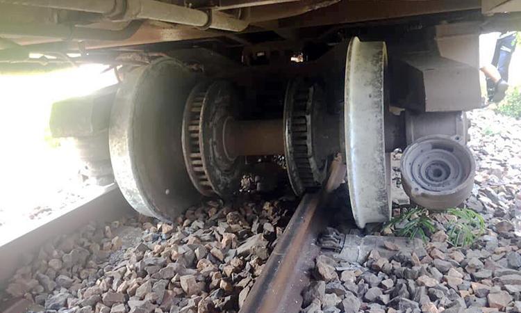 Hàng trăm mét đường sắt hư hỏng, khi tàu khách qua Khánh Hòa bị trật bánh. Ảnh: Trần Đức