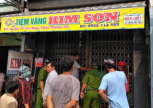 Chủ tiệm vàng ở Tiền Giang chống trả tên cướp có roi điện - ảnh 2