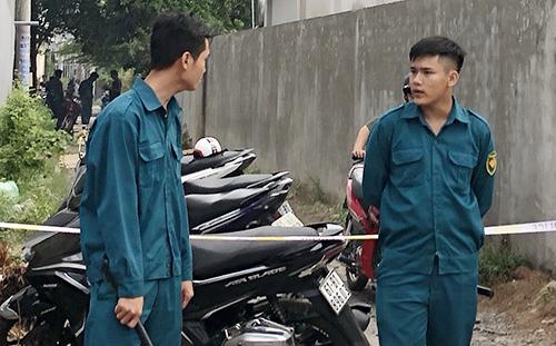 Lực lượng chức năng phong tỏa con hẻm xảy ra vụ án mạng. Ảnh: Nguyệt Triều.
