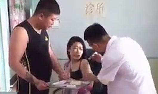 Cô gái sợ bác sĩ tiêm cắn tay bạn trai bị ăn đập -