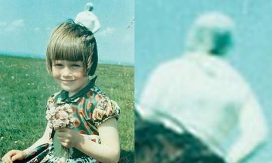 Bức ảnh ''người ngoài hành tinh'' sau lưng bé gái gây xôn xao 55 năm trước -