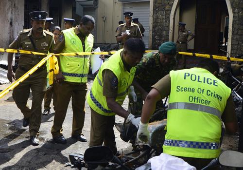 Lực lượng an ninh và điều tra viên Sri Lankan tại hiện trường vụ đánh bom nhà thờ Zion ởtỉnh Batticaloa. Ảnh: AFP.