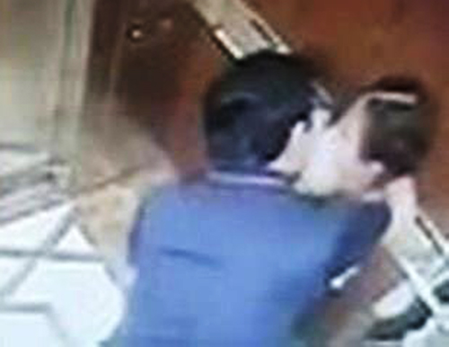 Ông Linh sàm sỡ bé gái trong thang máy.; ảnh lấy trong clip