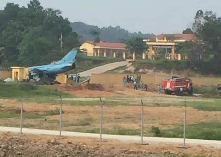 Máy bay va vào tường rào của đơn vị quân đội. Ảnh: Nhật Lâm