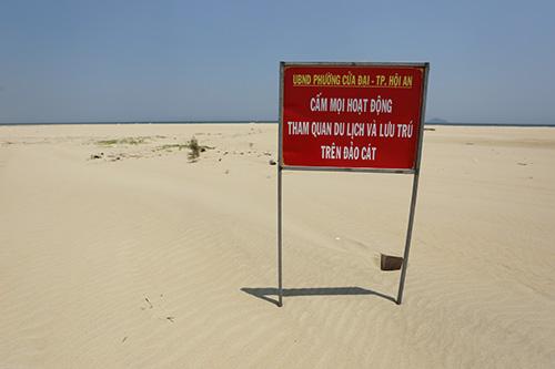 Chính quyền Hội An cắm biển cấm lên cồn cát. Ảnh: Đắc Thành.