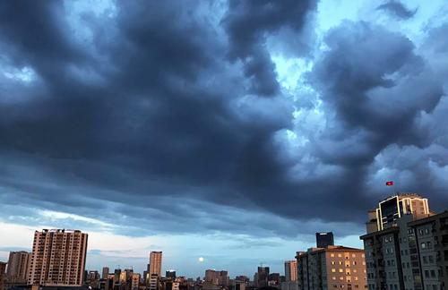 Mây giông kéo đến Hà Nội trong một buổi chiều tháng 10/2018. Ảnh: Dương Tâm