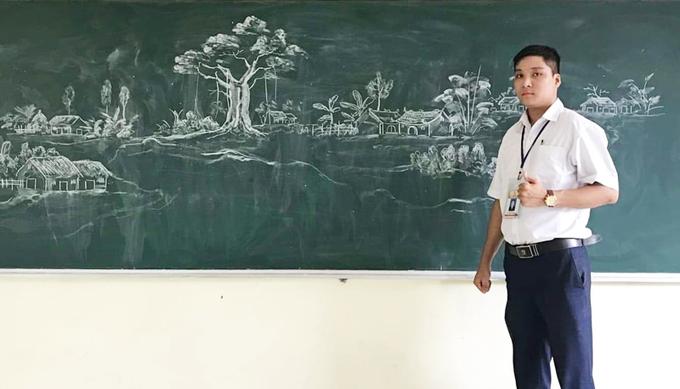 Thầy giáo xứ Thanh vẽ tranh trên bảng đen