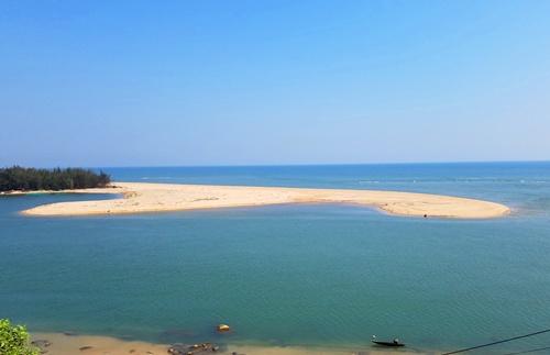 Cửa biển Tư Hiền bị bồi lấp hơn 500m. Ảnh: Võ Thạnh