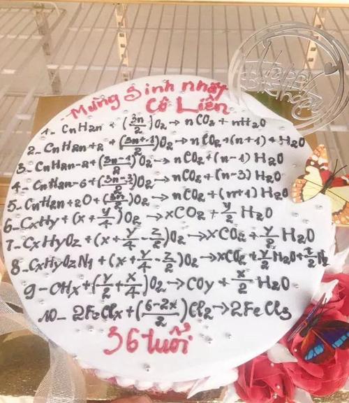 Chiếc bánh sinh nhật được trang trí 10 phương trình hóa học...