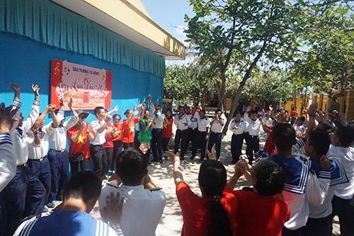 Kiều bào và các nghệ sĩ hát cùng các chiến sĩ tại đảo Trường Sa Đông thuộc quần đảoTrường Sa. Ảnh: Anh Ngọc