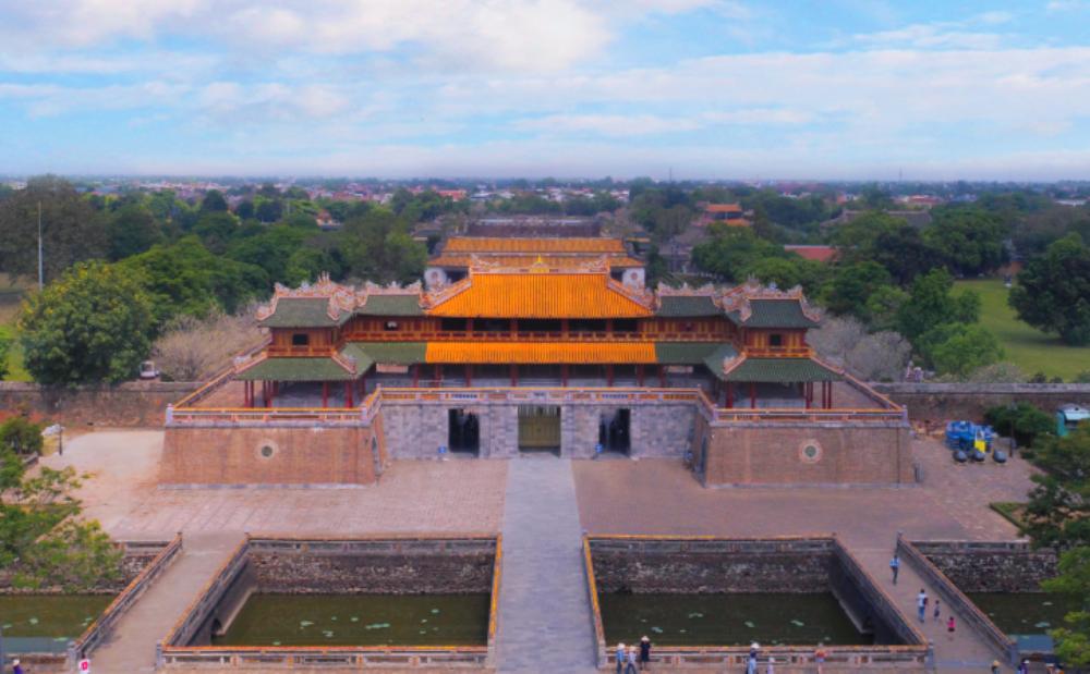 Cổng Ngọ Môn được làm sạch bằng hơi nước nóng