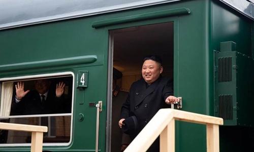 Lãnh đạo Triều Tiên Kim Jong-un dừng ở ga tạiKhasan trước khi đến Vladivostok ngày 24/4. Ảnh: Reuters.