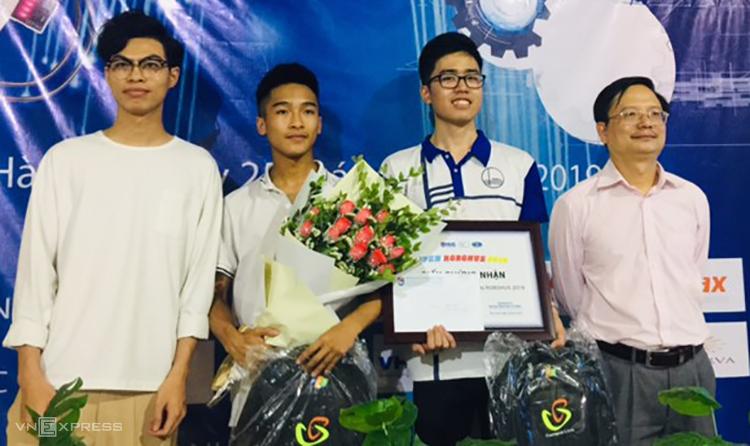 PGS Vũ Hoàng Linh (bìa phải) trao thưởng cho nhóm giải nhất. Ảnh: HL.