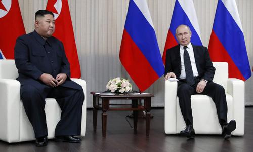 Putin (phải) và Kim Jong-un hội đàm tại Đại học Liên bang Viễn Đông hôm nay. Ảnh: AFP.