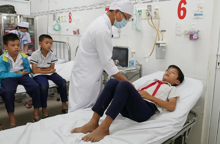 Hàng loạt học sinh tiểu học ở Ninh Thuận nhập viện với triệu chứng đau bụng, buồn nôn sau uống sữa tại trường. Ảnh: Thanh Châu.