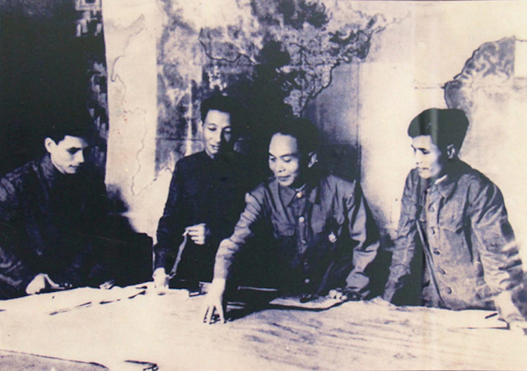 Đại tướng Võ Nguyên Giáp ở chiến trường Điện Biên Phủ. Ảnh tư liệu